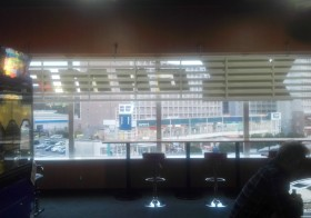 カウンターに座ってコーヒーと窓からの眺めを楽しんだりできるゲーセンを発見(°ω°)